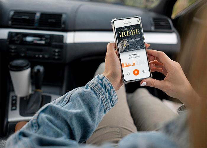 Kvinna sitter i bil och använder Bokus Play app